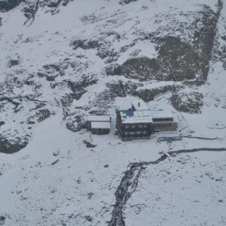 Edmund-Graf-Hütte am Freitagmorgen nach nächtlichem Schneefall