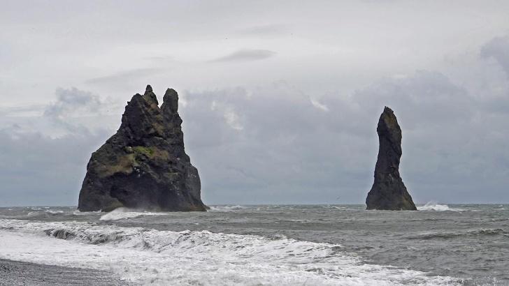Die Reynisdrangar im Süden Islands sind der Sage nach versteinerte Trolle