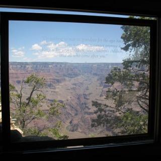 Ausblick durch das Panoramafenster auf den Grand Canyon