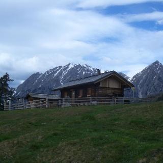 Lackenalm mit Lienzer Dolomiten im Hintergrund