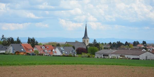 Blick auf Ebersheim mit der St. Laurentiuskirche