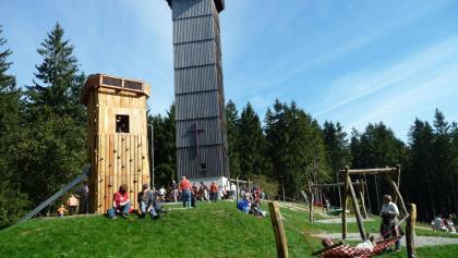 Gipfel Schwarzer Grat (1.118 m) mit Holz-Aussichtsturm und Familien-Spielplatz