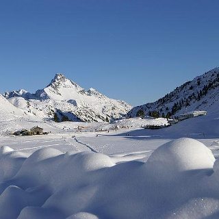Blick über den zugefrorenen Kalbelesee