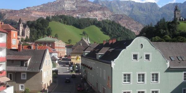 Eisenerz mit Blick auf den Erzberg