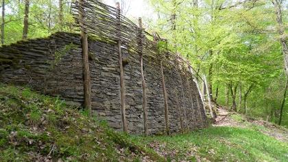 "Rekonstruiertes Mauerstück ""Murus Gallicus"""