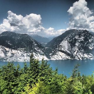 Blick auf den See und Tremalzo im Hintergrund