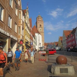 Pilger in der Reichsstraße in Donauwörth