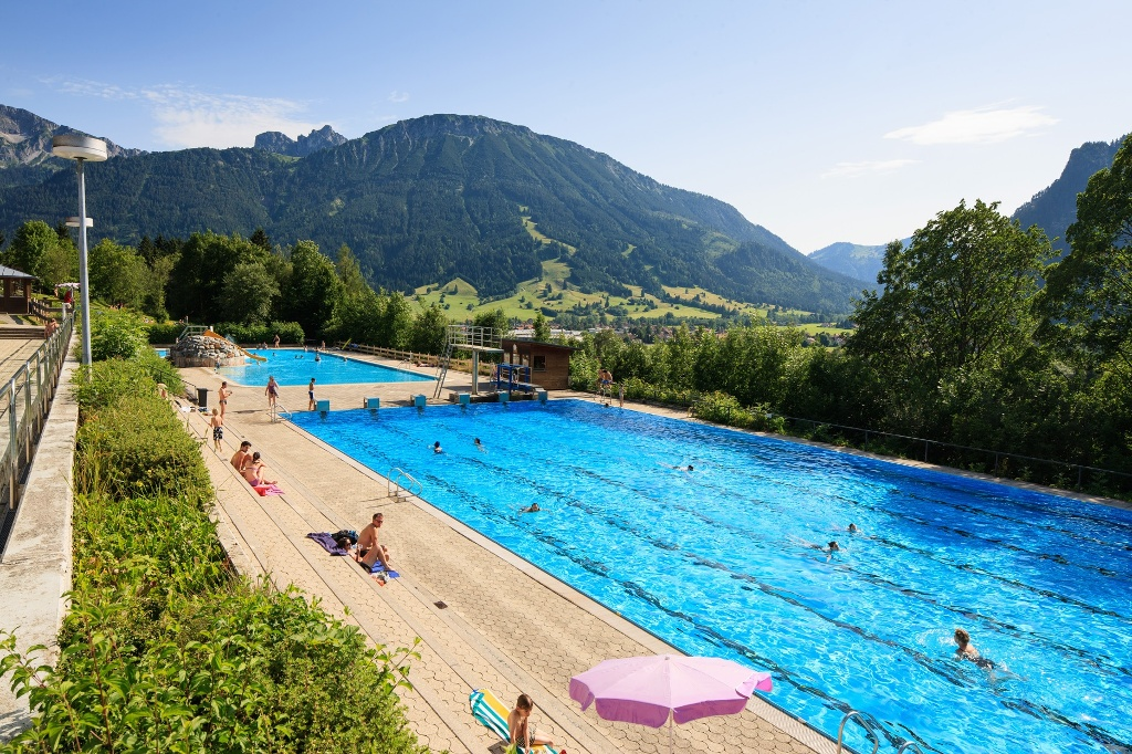 Alpenbad Pfronten - Freibad mit Bergpanorama - @ Autor: Julian Knacker - © Quelle: Pfronten Tourismus