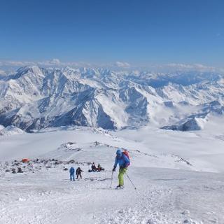 Auf Steigeisen geht es über den vereisten Gletscher