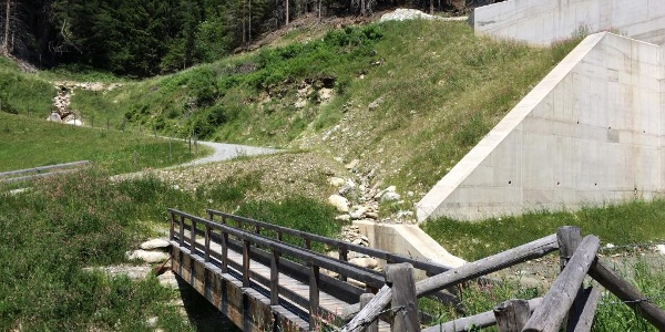 Fußgängerbrücke vor der neuen Wildwasserverbauung. Dahinter beginnt die Forststraße zur Schieferalm.