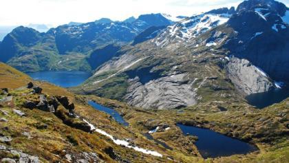 Der Grustinden (rechts) und der Fjerddalsvatnet (links)