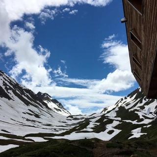 Blick über Schneefelder Richtung Griespass