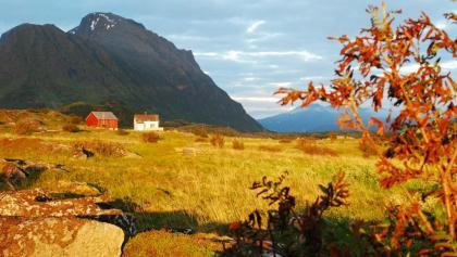 Mitternachtsblick auf einen Bauernhof in Sandøya mit dem Haveren im Hintergrund