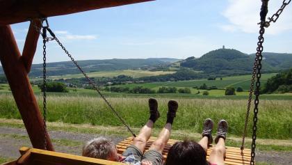 Entspannungsliege mit Blick auf die Burg Olbrück.