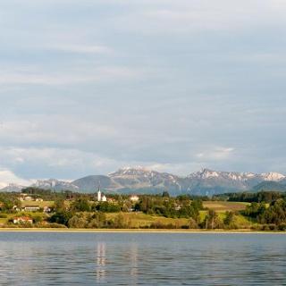 Simssee mit Blick auf Neukirchen