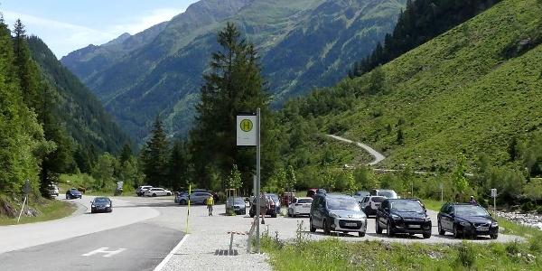 Bushaltestelle und Parkplatz am Ausgangspunkt.