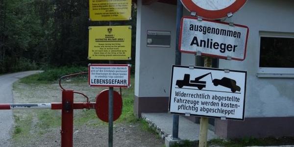 Einfahrt zum Schießplatz direkt am Parkplatz