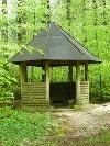 Schutzhütte im Wald.