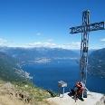 Am Gipfelkreuz des Monte Giove liegt uns der tiefblaue Lago Maggiore zu Füßen.