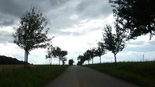 Über Bäche und durch Obstbaumalleen