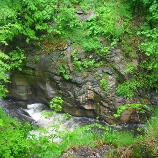 Die Felsen im Bodekessel sind durch das Wasser glattpoliert
