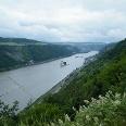 Auch auf der Etappe von Kaub nach Lorch begleiten uns herrliche Ausblicke auf das Rheintal, diesmal mit der Pfalz Kaub mitten im Rhein.