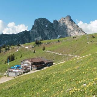 Die Hochalphütte mit Aggenstein im Hintergrund