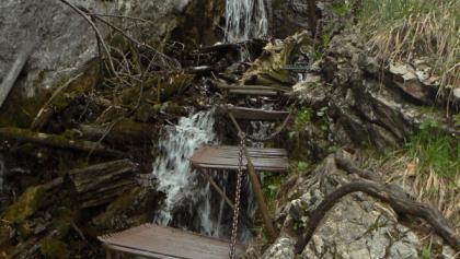 Trittstufen und Leiter in der Zejmarská roklina