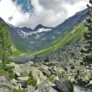 Eine malerische Landschaft eröffnet sich am Dorfer See 2000m.