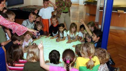 Kinder am Geländemodell