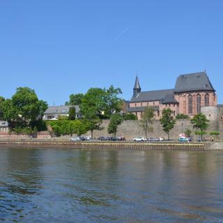 Panorama des Mainufers von Ffm.-Höchst mit Schloßturm, Justinuskirche und Stadtmauer