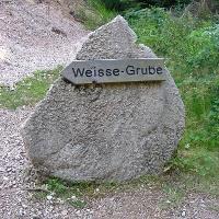 """Um zum Besucherbergwerk """"Weiße Grube"""" zu kommen, folgt man dem Wegweiser."""