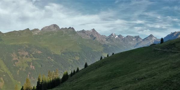 Blick vom Zettersfeld bis ins Debanttal mit Glödis und Kalser Törl am Ende.