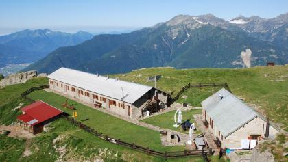 Die Capanna Brogoldone thront auf einer herrlichen Aussichtsterrasse hoch über Bellinzona.