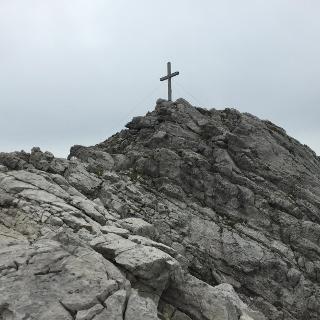 Blick zum Gipfelkreuz des Widdersteins