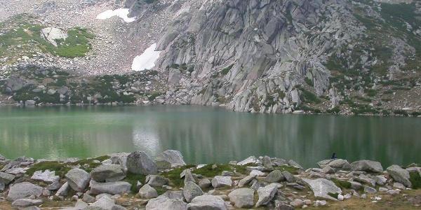 Die Ostwand des Rinosu mit Lac de Bastani