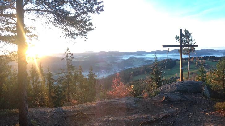 Sonnenaufgang am Gipfelkreuz