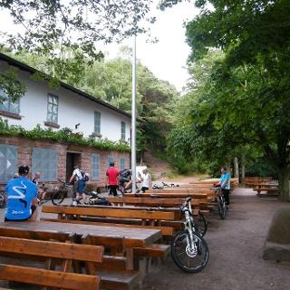 Das Hohe-Loog-Haus liegt auf 620 m und bietet herrliche Ausblicke bis zum Schwarzwald und zum Odenwald.