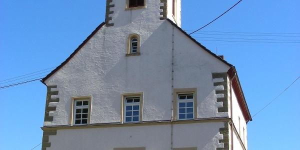 Schräg am Hang wurde die Kirche in Lohnweiler erbaut.