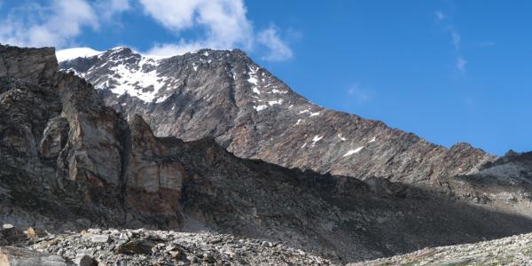 Der erste Blick auf das morgige Ziel mit Gipfel, Vorgipfel und Südgrat