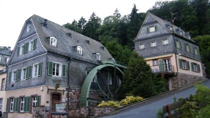 Die Lochmühle unterhalb von Schlangenbad mit ihrem großen Wasserrad.
