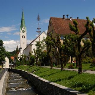 Das idyllische Bild vor der Kirche in Weiler