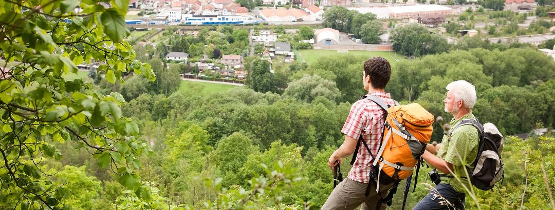 Tourismusregion Saaleland - Wanderer mit Blick auf Porzellanstadt Kahla