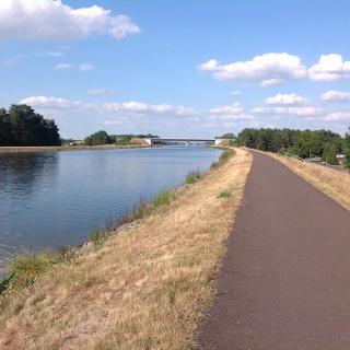 Radweg am Mittellandkanal in Richtung Doppelsparschleuse
