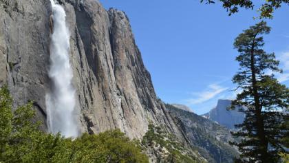 Blick auf den Upper Yosemite Fall vom Trail aus