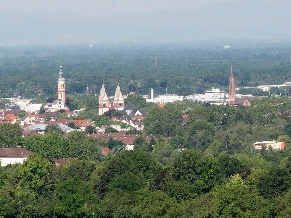 Blick auf Offenburgs Kirchen: Heiligkreuz-, Dreifaltigkeits- und Stadtkirche