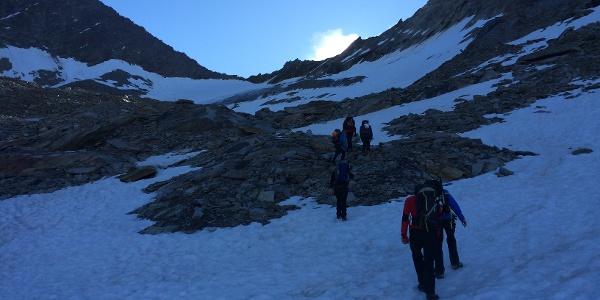 Über Schneefelder und Gletscherschliff geht es in Richtung Joch.