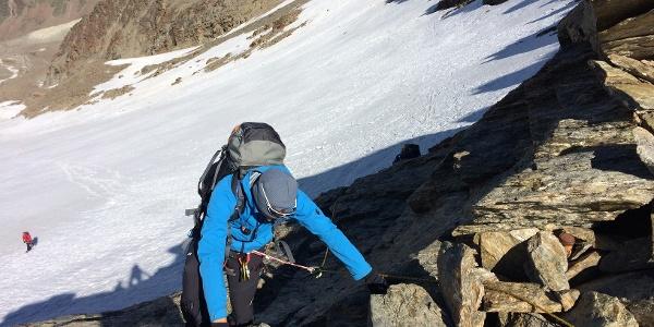 Auf den letzten Metern zum Joch wartet einfach Kletterei.