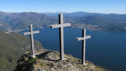Unterhalb des Gipfels der Cima di Morissolo befinden sich drei Kreuze mit atemberaubendem Tiefblick auf den See.