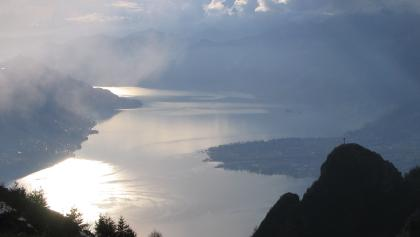 Von der Cima di Sassello schweift der Blick über den Lago Maggiore - rechts das Gipfelkreuz auf dem Sassariente.